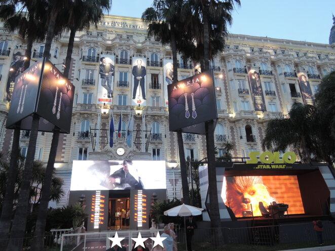 Pendant le festival de Cannes, la façade du monument historique.