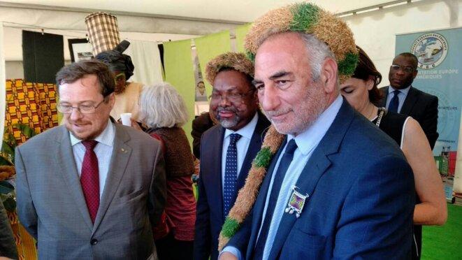 Le Maire de Lyon (droite) visite le stand Gabon, en compagnie de l'Ambassadeur et du Consul honoraire du Gabon à Lyon (gauche).