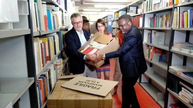 L'Ambassadeur Flavien ENONGOUE réceptionnant le don d'ouvrages du Président de l'ENS de Lyon