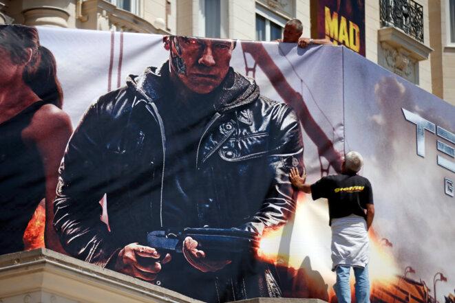 Installation d'une affiche de cinéma sur la façade du Carlton à Cannes, en 2015. © Reuters / Benoît Tessier