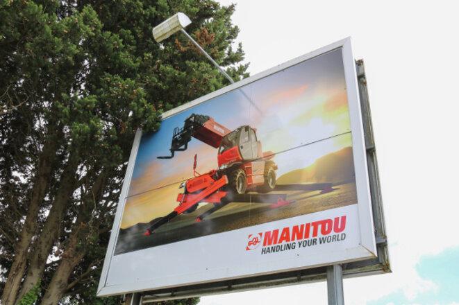 Publicité pour les chariots élévateurs Manitou, aux abords du siège de l'entreprise, à Ancenis. © Mediacités
