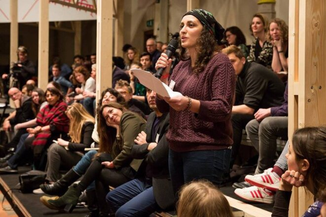 Femme qui prend la parole en Assemblée © Expo Les Voies de la démocratie de Camille Dantec et Thomas Simon