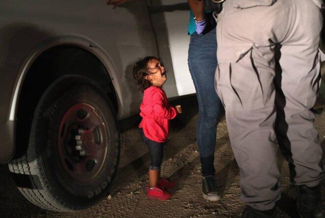 fillette pleurant pendant que sa mère est fouillée à la frontière des États-Unis, John Moore © John Moore