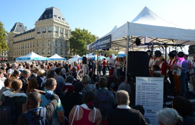 """30 000 personnes visitaient les 14 et 15 octobre 2017 le """"Village des initiatives"""" monté par ATD Quart Monde place de la République à Paris afin de montrer des initiatives qui réussissent contre le chômage, le mal-logement, l'échec scolaire, etc."""