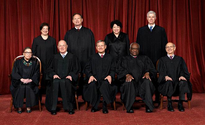 La Cour suprême des États-Unis. Tout à gauche, la progressiste Ruth Ginsburg, assise à côté d'Anthony Kennedy. Tout à droite, Neil Gorsuch, un ultraconservateur nommé par Donald Trump. © Cour Suprême des Etats-Unis