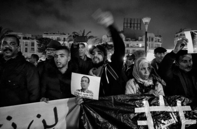 """Rassemblement à Casablanca le 20 février 2018 appelant à la libération des manifestants du """"hirak"""" du Rif, dont le journaliste Hamid El Mahdaoui, représenté bâillonné sur la pancarte. © Rachida EL Azzouzi"""