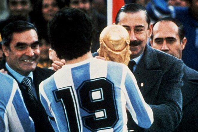Videla offre la coupe à Daniel Passarella