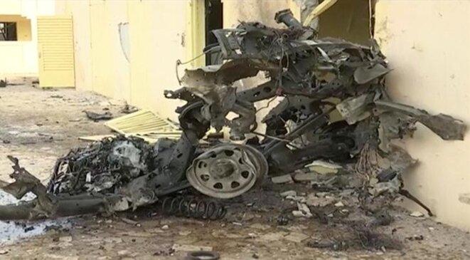 Les restes d'un véhicule après l'attentat contre le quartier général du G5 Sahel, vendredi 29 juin à Sévaré (Mali). © Reuters
