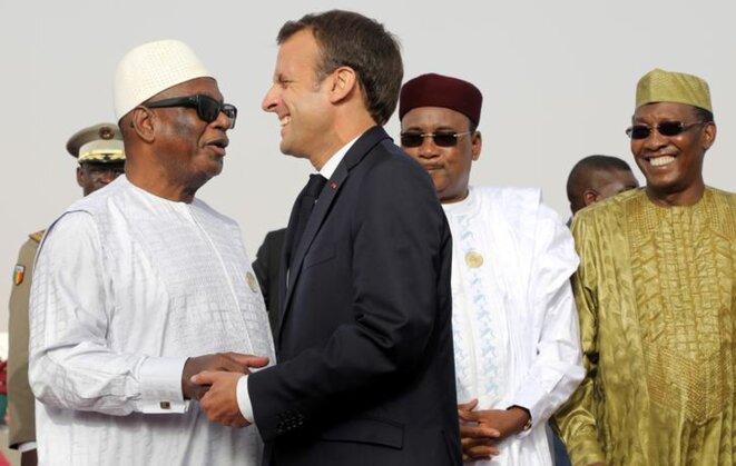 Ibrahim Boubacar Keita, président du Mali, et Emmanuel Macron se congratulent sous le regard de leurs homologues Mahamadou Issoufou (Niger) et Idriss Déby (Tchad) à Nouakchott (Mauritanie), lundi 2 juillet 2018. © Reuters