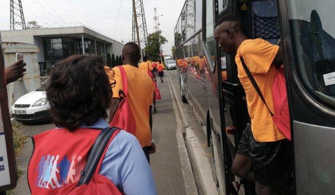 Des passagers du «Lifeline» arrivent à Neuilly-sur-Marne © OFII