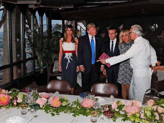Les couples Macron et Trump, au restaurant le Jules-Verne, avec Alain Ducasse. © Reuters