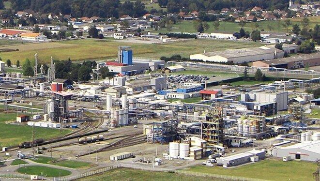 Vue de l'usine Sanofi à Mourenx (les tours bleues).