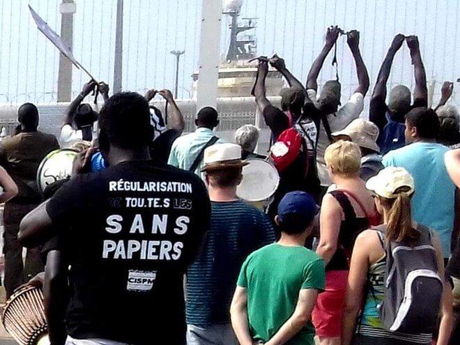 La Marche solidaire pour les migrants devant le port de Calais, 7 juillet 2018.
