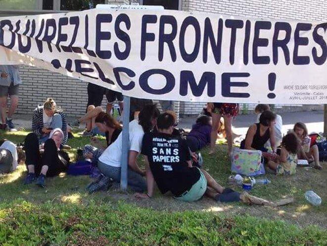 Rassemblement devant le CRA de Cocquelles pour la libération des marcheurs, 8 juillet 2018.