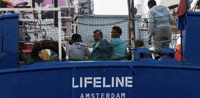 Des migrants en Méditerranée à bord du «Lifeline», navire d'une ONG allemande battant pavillon néerlandais. © Reuters