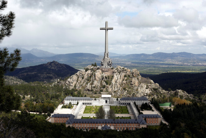 La croix de « Valle de los caidos », où reposent les restes de Franco, et le site de l'Escurial, en mai 2016. © Reuters / Paul Hanna