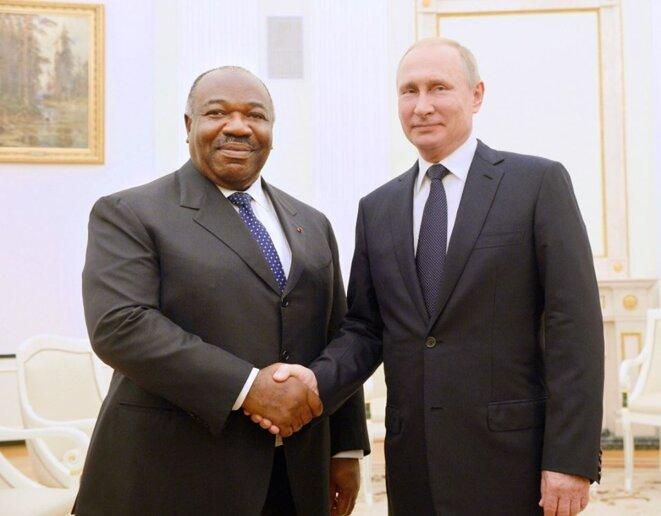 Poignée de main entre les présidents Vladimir Poutine et Ali Bongo Ondimba