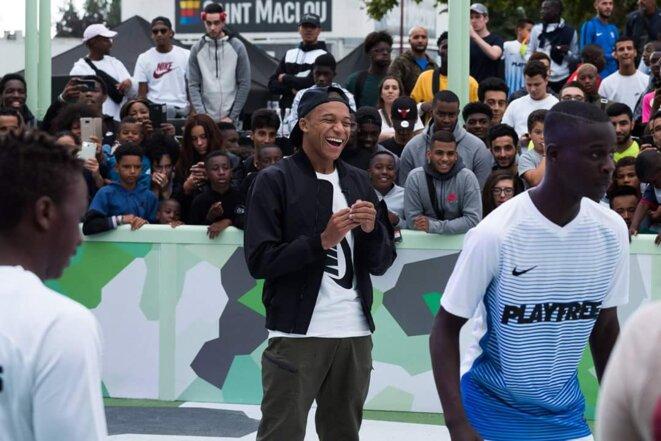 Mbappé dans sa ville natale de Bondy, lors de l'inauguration d'un City stade, en septembre 2017. © DR