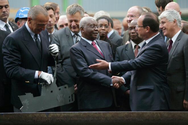 Le président français François Hollande, le président mozambicain Armando Guebuza et Iskandar Safa, président et chef de la direction des Constructions mécaniques de Normandie (CMN), assistent à une cérémonie de construction d'un bateau pour le Mozambique dans un chantier naval à Cherbourg, le 30 septembre 2013. © Reuters
