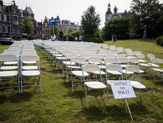 298 chaises vides devant l'ambassade de Russie à La Haye © Polit.ru