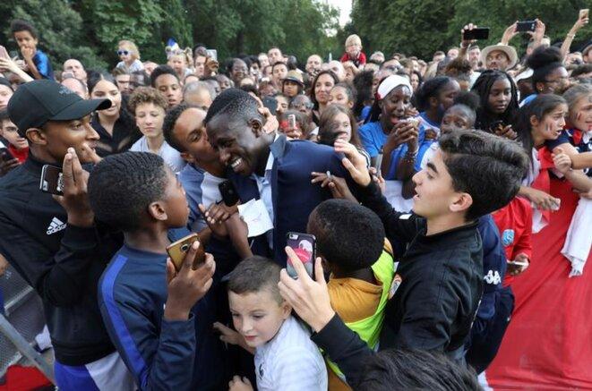 Le joueur Benjamin Mendy est félicité par des supporters durant une réception à l'Élysée le 16 juillet 2018. © Ludovic Marin/Reuters