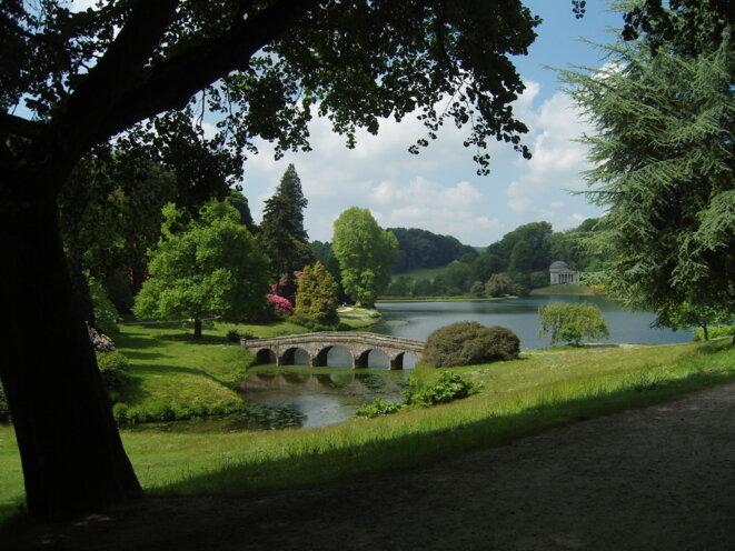 Jardin anglais - Vue du parc de Stourhead, dans le Wiltshire, en Angleterre. (Crédit : Hans Bernhard, licence CC 3.0 BY-SA)