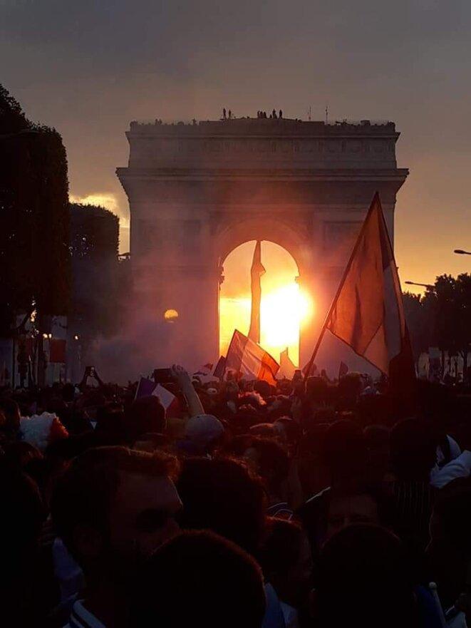 Couché du soleil sur l'arc de triomphe 15 juillet 2018, jour du sacre mondial © Ibra Khady Ndiaye