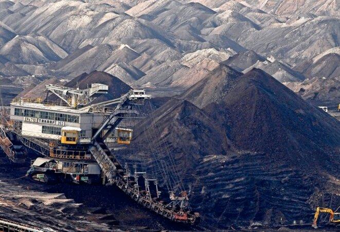 Un excavateur en action dans la mine de lignite, au sud de Leipzig. © Reuters
