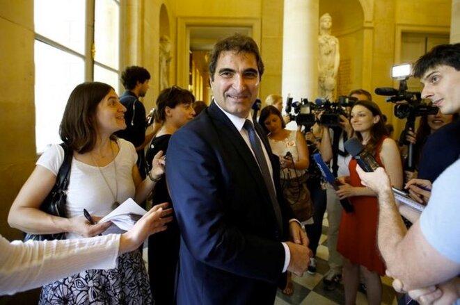 Christian Jacob, président du groupe Les Républicains, entouré par les journalistes à l'Assemblée Nationale, en 2017. Reuters/Charles Platiau