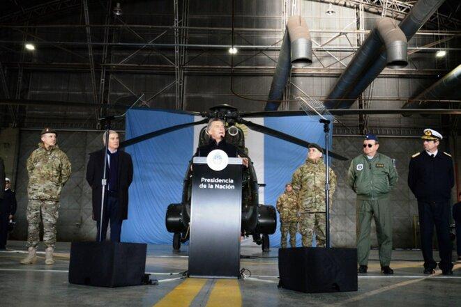 Macri dans un hangar de l'armée © Misionesonline