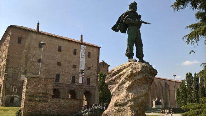 Statue à la mémoire des partisans sur une place de Parme. © Hélène Staes