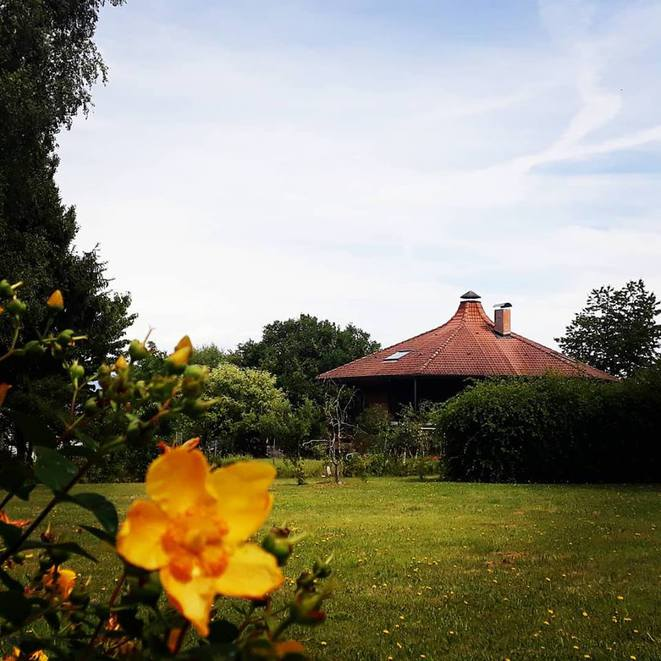 La maison Alvéole telle quelle apparaît dans le paysage côté sud.