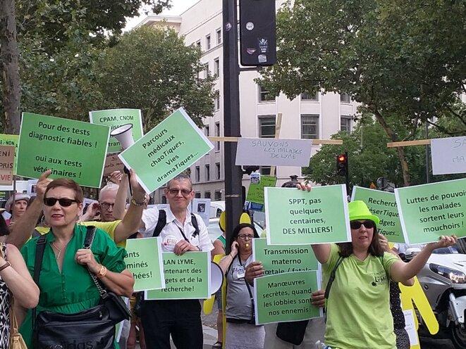 Plusieurs associations manifestant devant le ministère de la Santé le 4 juillet 2018 [photo site France Lyme]