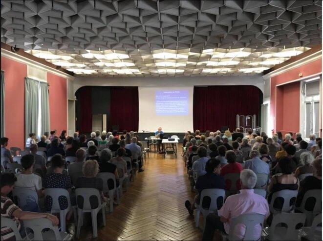 Conférence à Auch le 24 juin : un dimanche, plus de 100 personnes ont fait le déplacement, parfois venant de loin [Ph. YF]