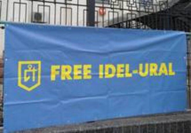 """Drapeau de """"Free Idel-Oural"""" sur la clôture de l'ambassade de Russie à Kiev. © Facebook"""