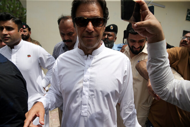 Imran Khan, à la sortie de son bureau de vote lors de l'élection qui l'a mené au poste de premier ministre, le 25 juillet 2018. © Reuters