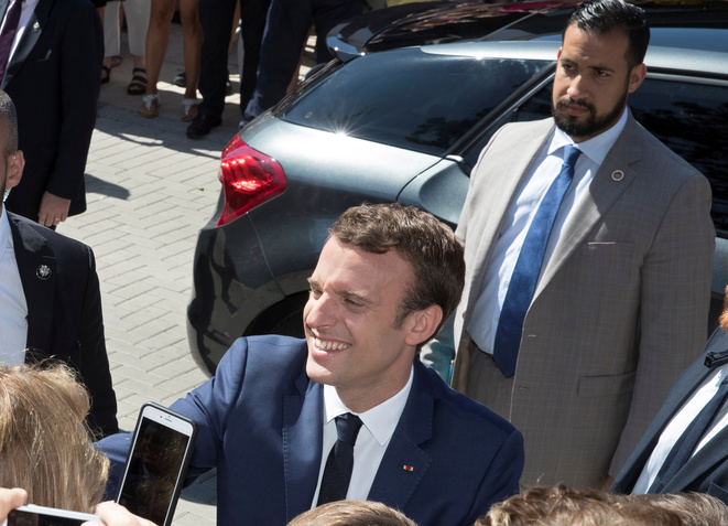 Emmanuel Macron avec Alexandre Benalla, alors en fonction à l'Elysée. © Photo d'archives/REUTERS/Philippe Wojazer