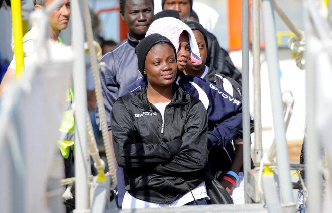 Une passagère de l'Aquarius s'apprête à débarquer dans le port sicilien de Catane, le 27 mai 2018 © Reuters
