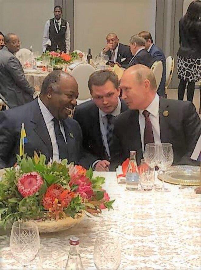 JOHANNESBURG  - 10ème Sommet des BRICS  - Echange en tête-à-tête , ALI BONGO ONDIMBA (Gabon) et VLADIMIR POUTINE (Russie)
