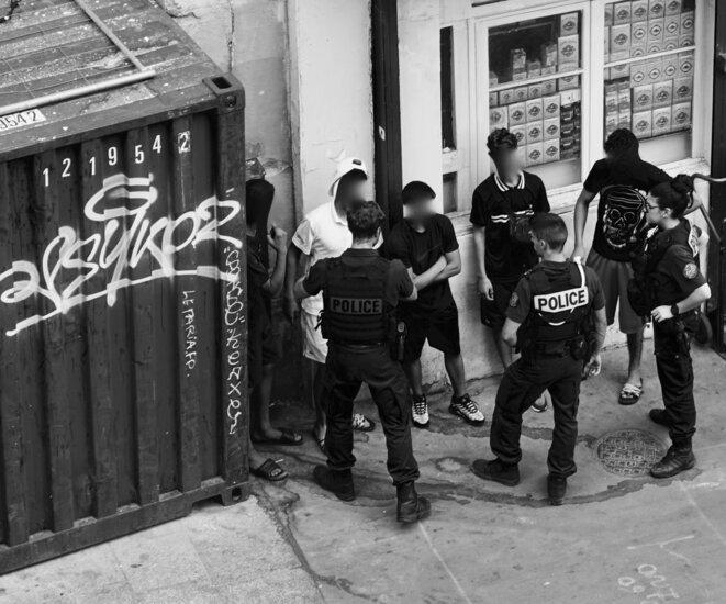 Des policiers interviennent à la suite d'une altercation entre des mineurs marocains et un commerçant dans le quartier de la Goutte d'or, Paris, juillet 2018. © Rachida El Azzouzi