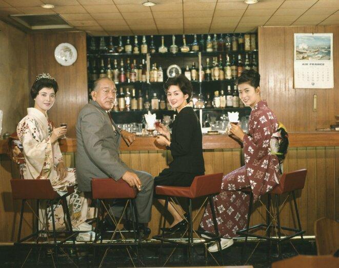 Yasujiro Ozu sur le tournage de «Fin d'automne » (1960), en compagnie des actrices Mariko Okada, Yoko Tsukasa et Noriko Maki. © Carlotta Films
