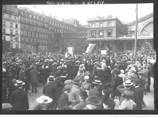 2 août 1914: la mobilisation devant la gare de l'Est, Paris. Photographie de presse de l'Agence Rol, Paris, dimensions 13 x 18 cm. Source: gallica.bnf.fr