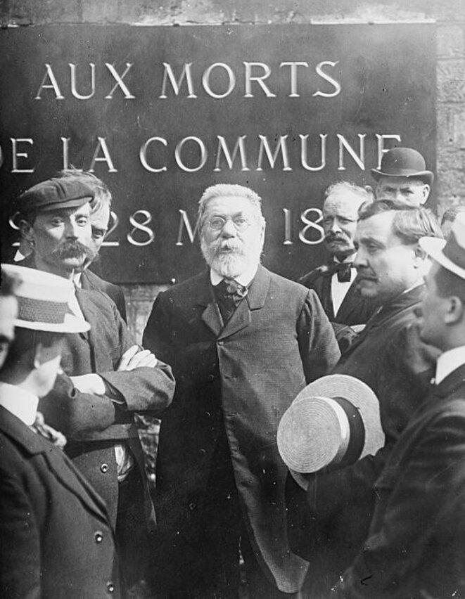 Edouard Vaillant le 24 mai 1908 au Mur des Fédérés du cimetière Père Lachaise à Paris. Photo de l'Agence Rol reproduite par la Library of Congress (Etats-Unis). Source: Wikimedia Commons.