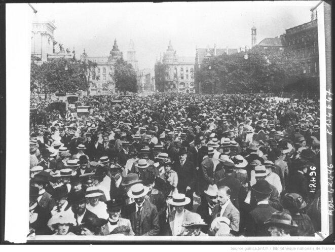 La foule attendant les nouvelles de la bataille de la Marne. Photographie de presse prise par l'Agence Rol, Paris, septembre 1914. Dimensions 13 x 18 cm. Source: gallica.bnf.fr