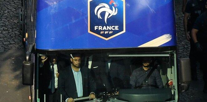 Alexandre Benalla à l'avant du bus de l'équipe de France sur les Champs-Élysées, le 16 juillet 2018. | Bertrand Guay / AFP