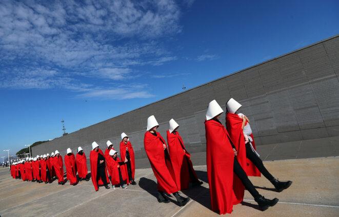 Des manifestantes favorables à la loi légalisant l'avortement en Argentine défilent costumées comme les « servantes écarlates » de la sérié télévisée « The Handmaid's Tale ». © Reuters