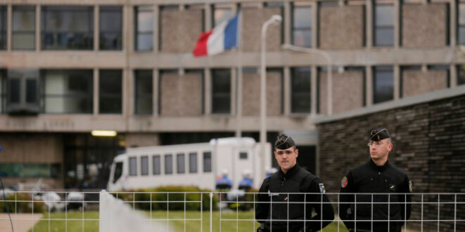 Police officers standing guard outside Fleury-Merogis prison south of Paris. © Reuters