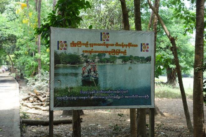 Un des panneaux situés à l'entrée de West Phar Gyi. On lit : « Vous entrez dans un village pacifique, habité uniquement par des bouddhistes. » © G. P.