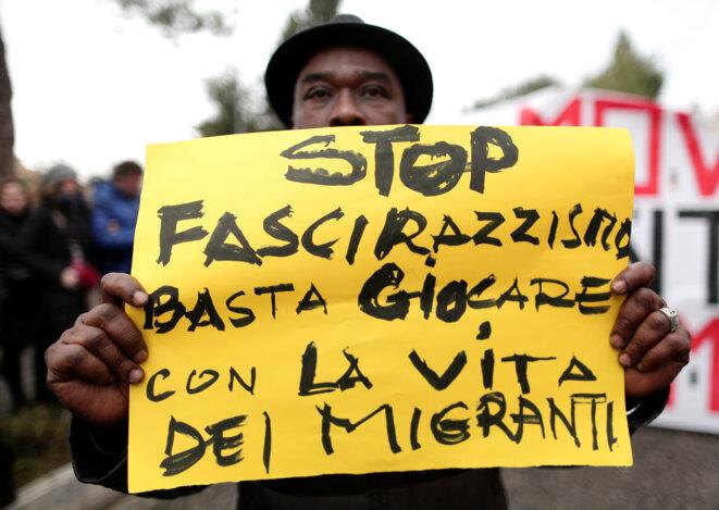 Dans une manifestation contre le racisme à Macerata dans le centre de l'Italie, le 10 février 2018 : « Arrêtez de jouer avec la vie des migrants » © Reuters/Yara Nardi