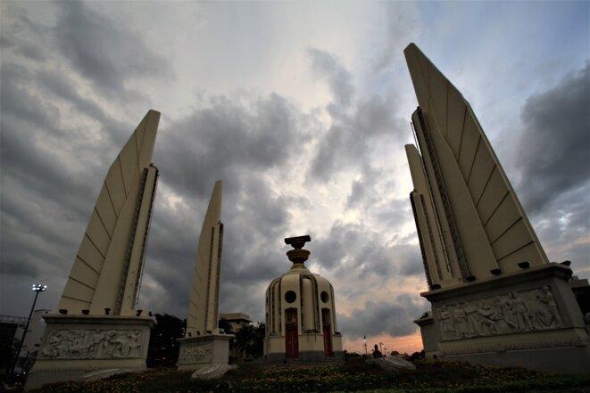 Sale temps pour la démocratie (Democracy monument -Bangkok) © Jean Claude Lenerve